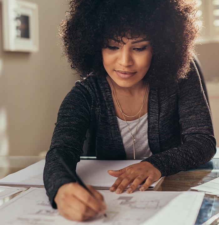 donna con matita indica un foglio